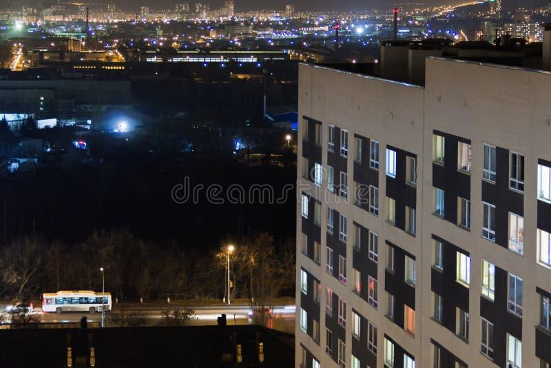 Edificio moderno de gran altura en las luces de igualación de la ventana Vida de ciudad urbana casual Tráfico en el camino De tej imagen de archivo