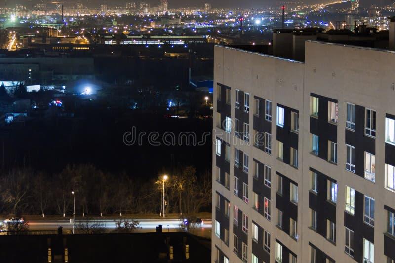 Edificio moderno de gran altura en las luces de igualación de la ventana Vida de ciudad urbana casual Tráfico en el camino fotos de archivo libres de regalías