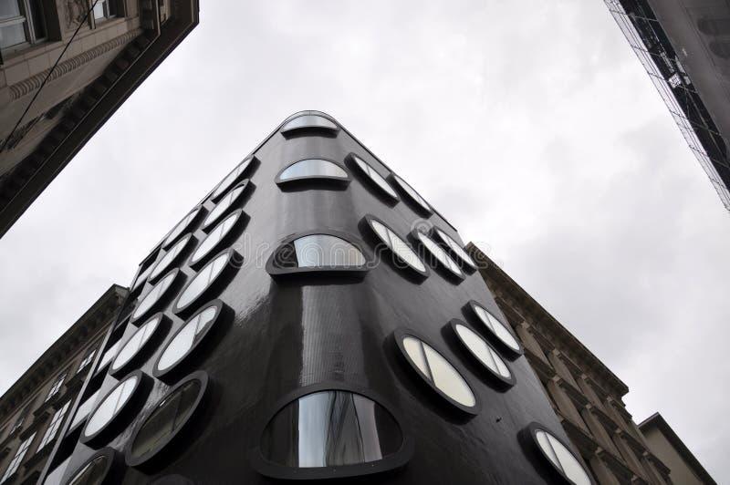 Edificio moderno de la arquitectura con las ventanas redondas foto de archivo