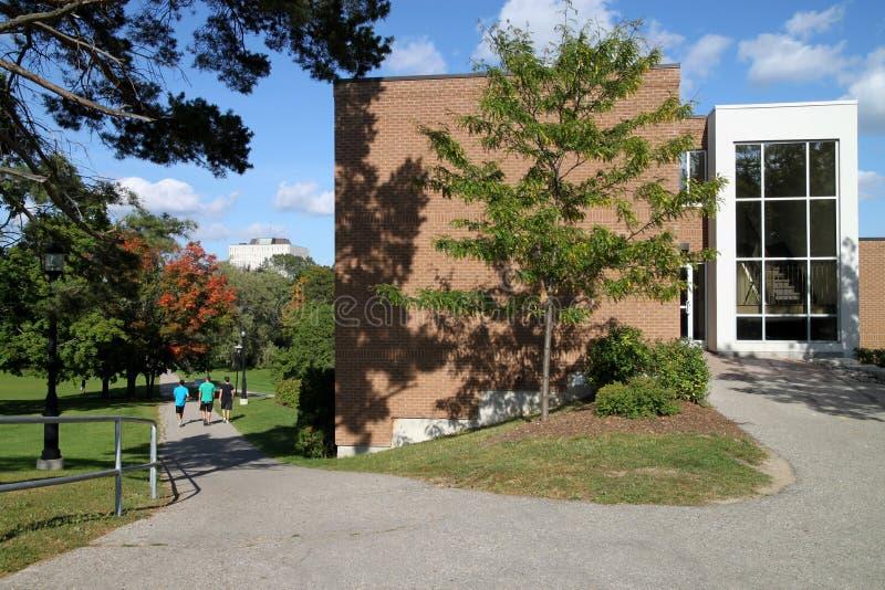 Edificio moderno de la ciencia de la universidad imagen de archivo