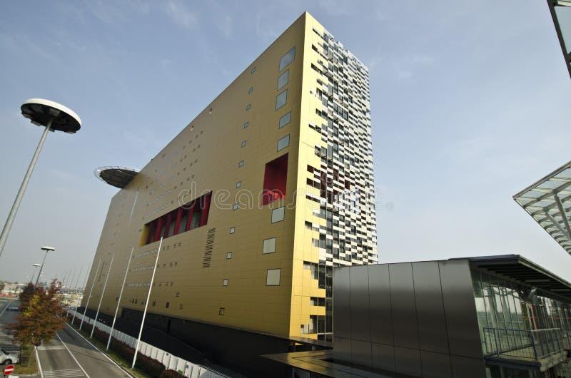 Edificio moderno de la configuración imagen de archivo libre de regalías