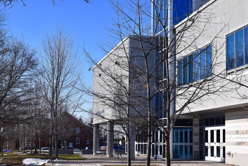 Edificio moderno de la High School secundaria en una comunidad residencial foto de archivo