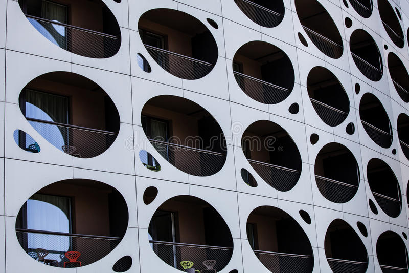 Edificio moderno de la pared externa Balcones con la porta de los agujeros imagenes de archivo
