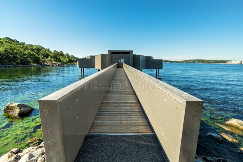 Edificio moderno de la sauna en paisaje del mar imagenes de archivo