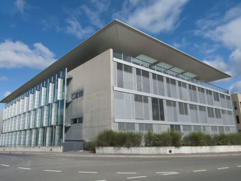 Edificio moderno de la universidad imagen de archivo