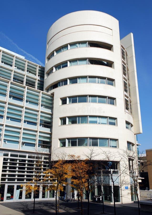 Edificio moderno de la universidad foto de archivo libre de regalías