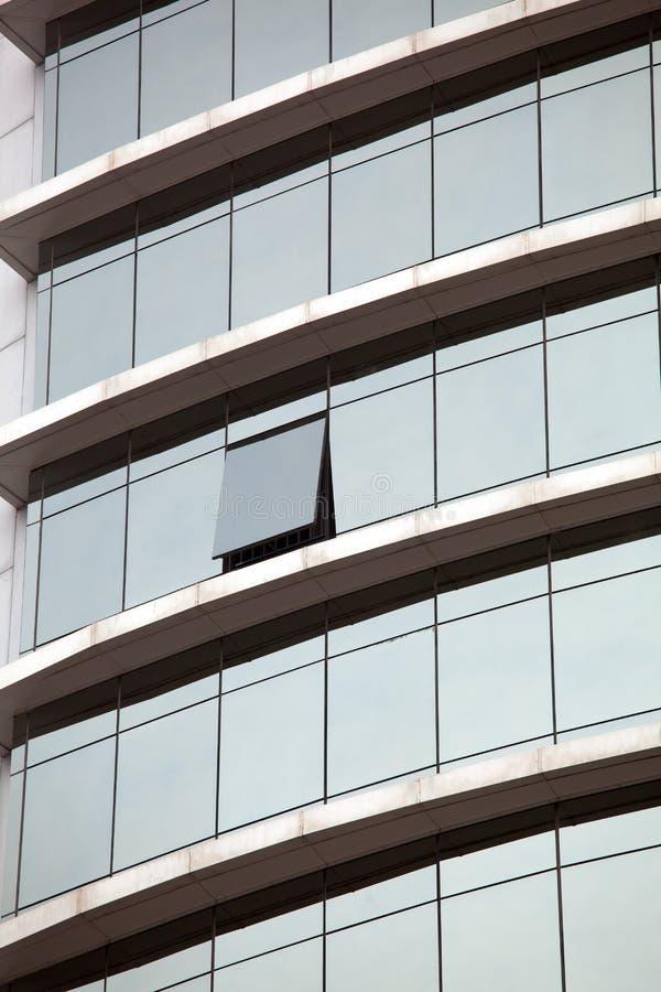Edificio moderno Edificio de oficinas moderno con la fachada del vidrio fotos de archivo libres de regalías