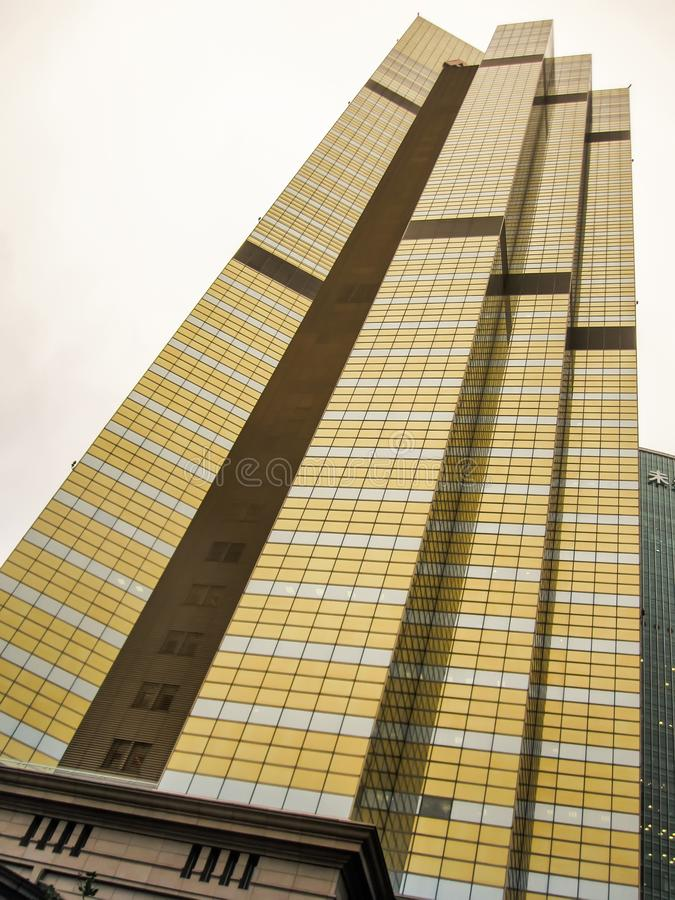 Edificio moderno Edificio de oficinas moderno con la fachada de la pared de cristal con textura abstracta imagen de archivo libre de regalías