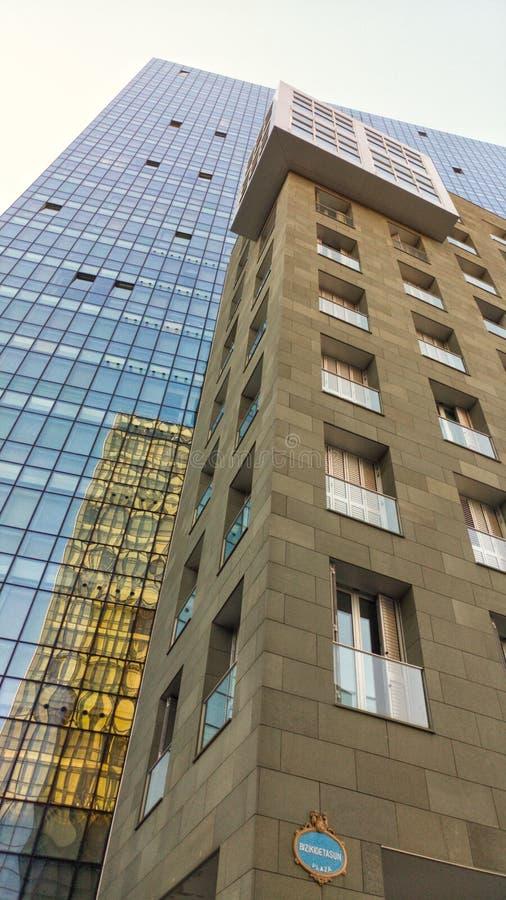 Edificio moderno de un ángulo bajo imagenes de archivo
