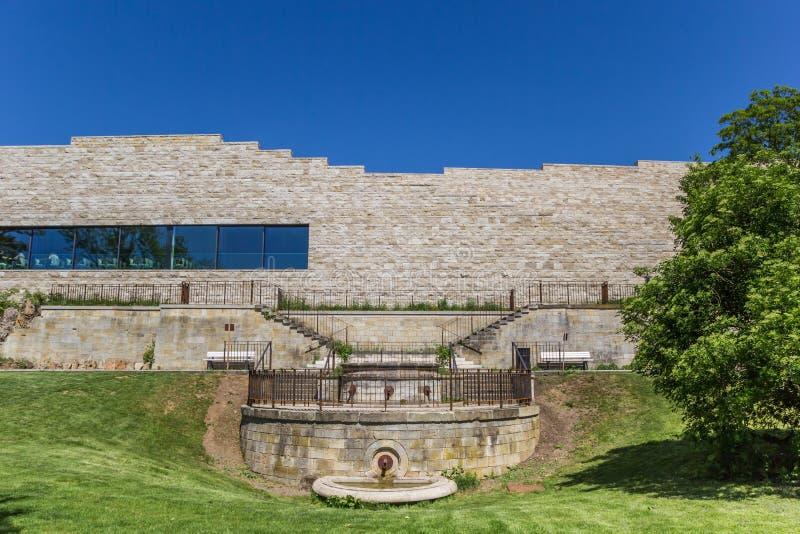Edificio moderno di Grimmwelt sopra la collina di Weinberg immagini stock