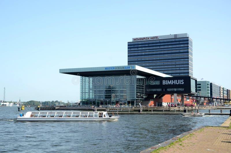 Edificio moderno en Amsterdam Países Bajos imagenes de archivo