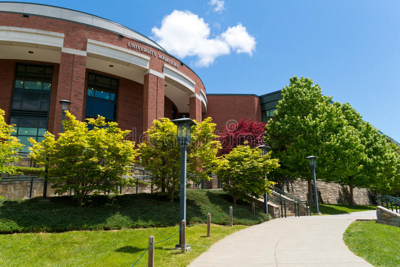 Edificio moderno en campus fotografía de archivo