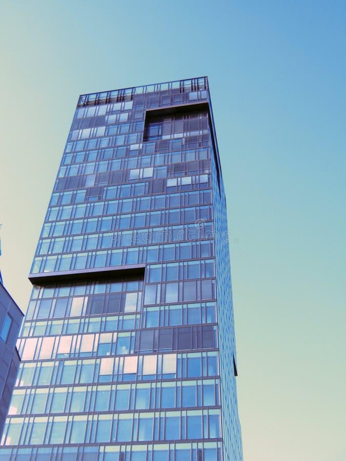 Edificio moderno en ciudad foto de archivo libre de regalías