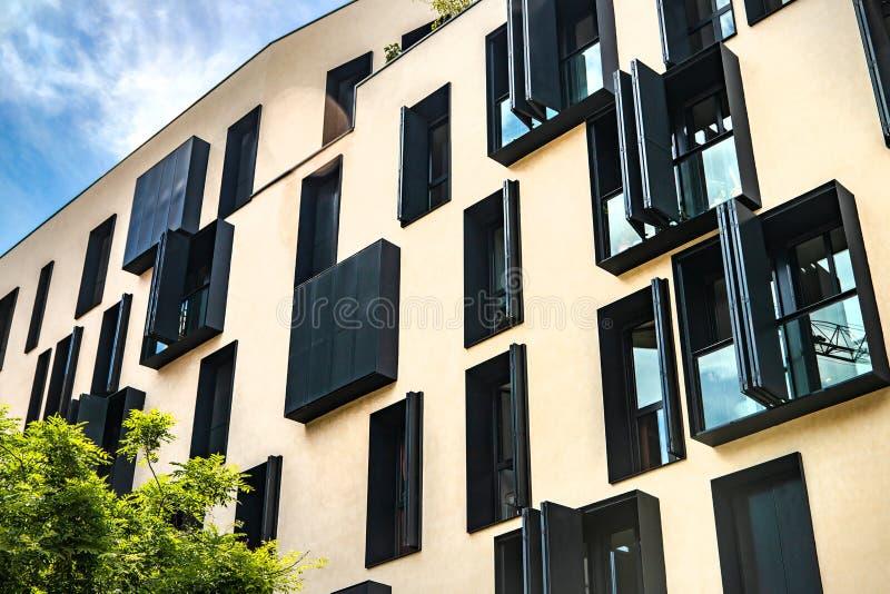 Edificio moderno en el cielo azul en fondo fotos de archivo libres de regalías