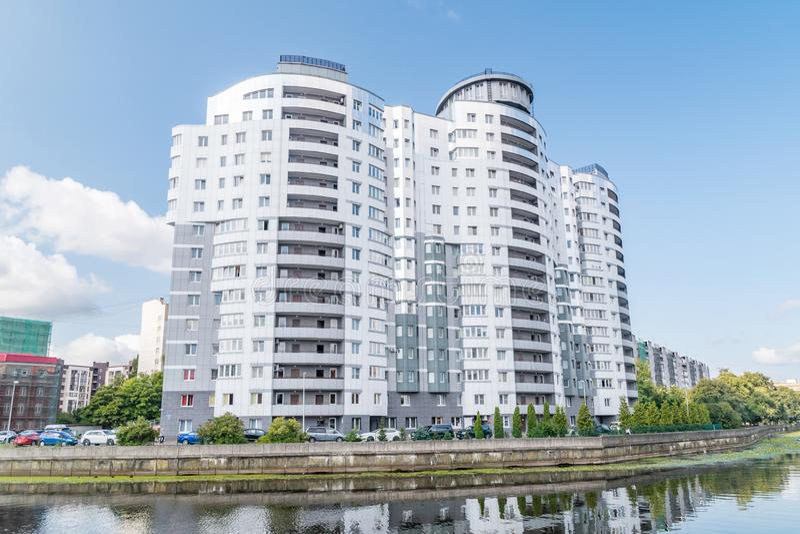 Edificio moderno en el río Pregolya en Kaliningrado, Federación de Rusia imagen de archivo