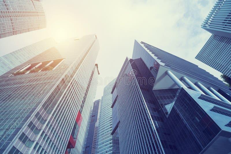Edificio moderno en la ciudad del centro de negocios Mire para arriba la visión con sunli fotografía de archivo
