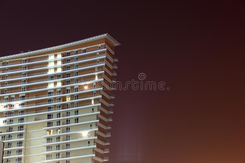 Edificio moderno en la noche fotografía de archivo libre de regalías