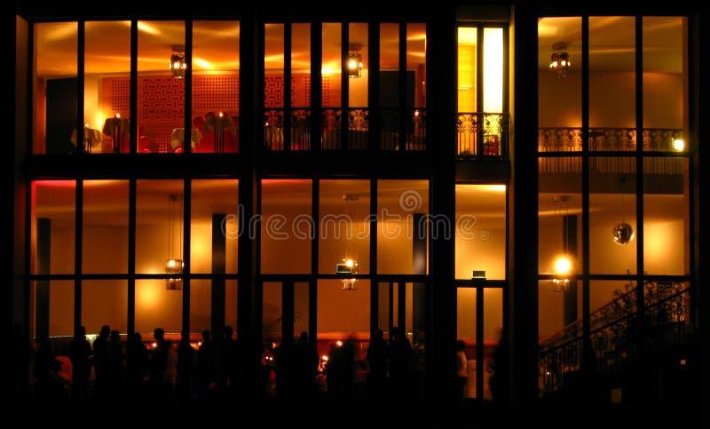 Edificio moderno en la noche fotos de archivo libres de regalías