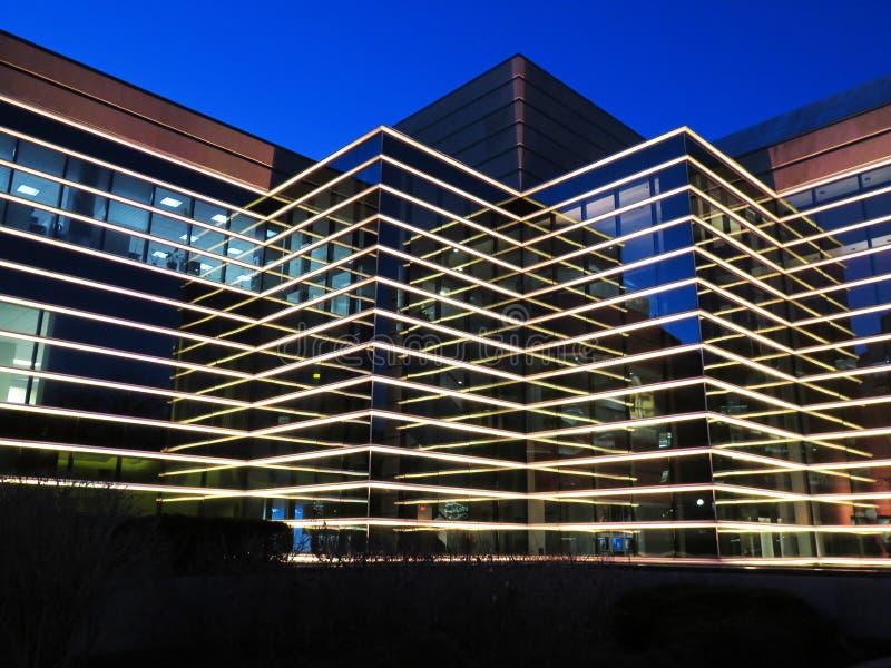 Edificio moderno en la noche imagen de archivo libre de regalías