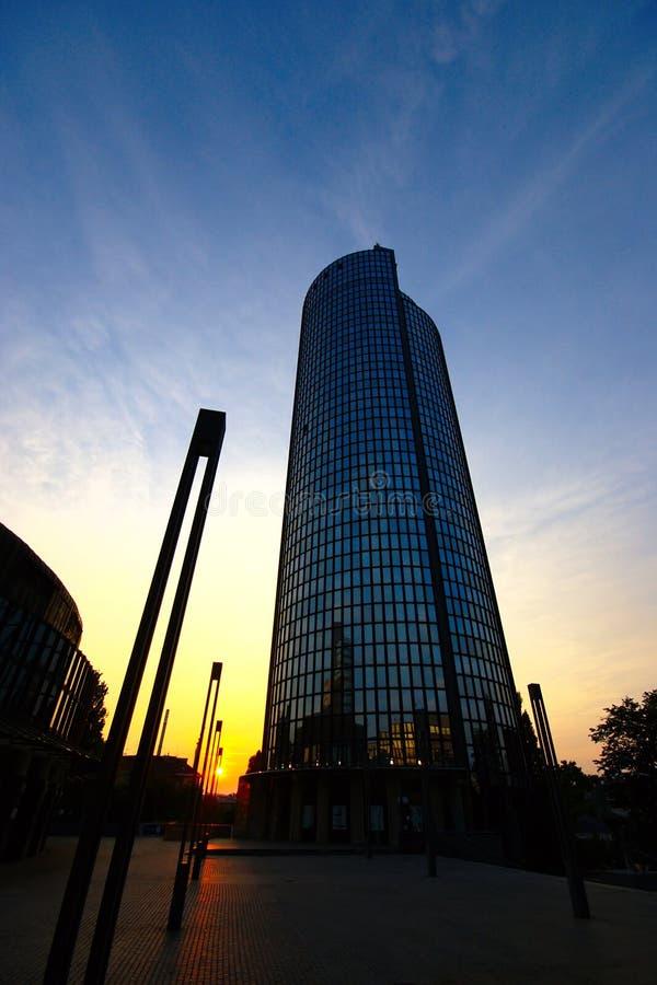 Edificio moderno en la puesta del sol, Zagreb, Croacia del negocio imágenes de archivo libres de regalías