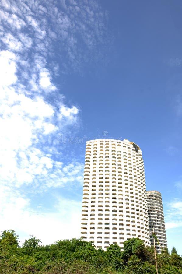 Edificio moderno en una hora solar foto de archivo