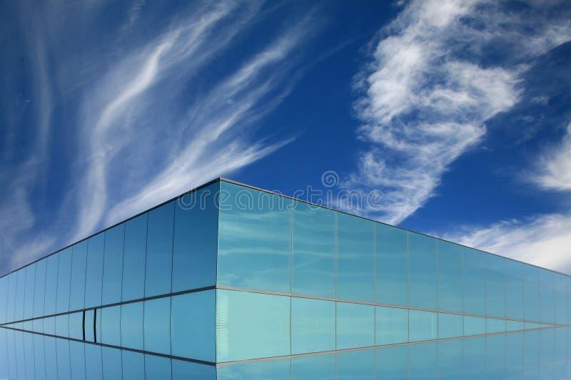 Edificio moderno en vidrio azul foto de archivo libre de regalías