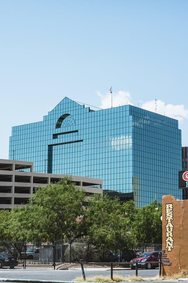 Edificio moderno reflexivo en la ciudad de El Paso imagen de archivo libre de regalías