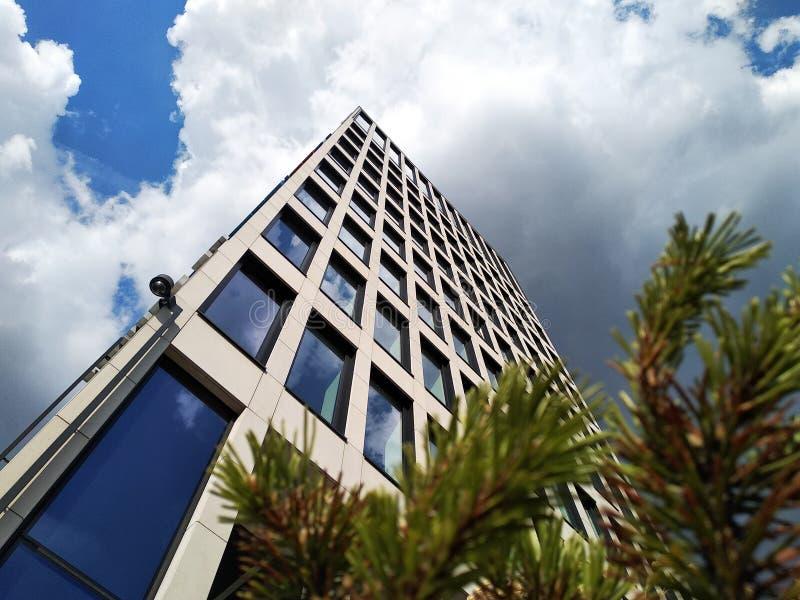 Edificio moderno, visión inferior edificio de oficinas de varios pisos, rascacielos el vidrio y el hormigón es una tendencia de m foto de archivo