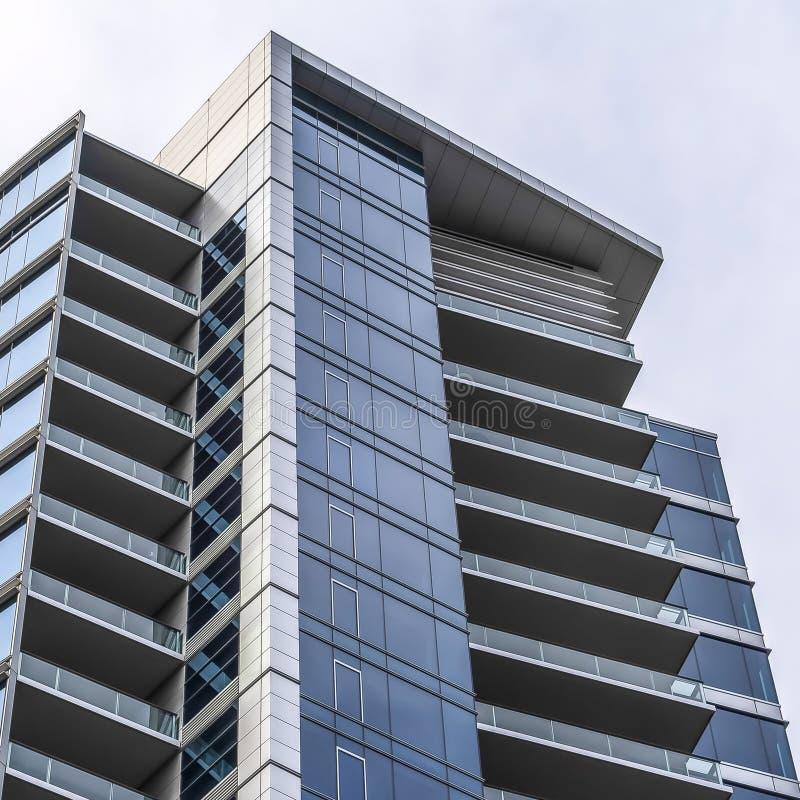 Edificio multi del piso del cuadrado con un diseño arquitectónico modernista y minimalista fotos de archivo