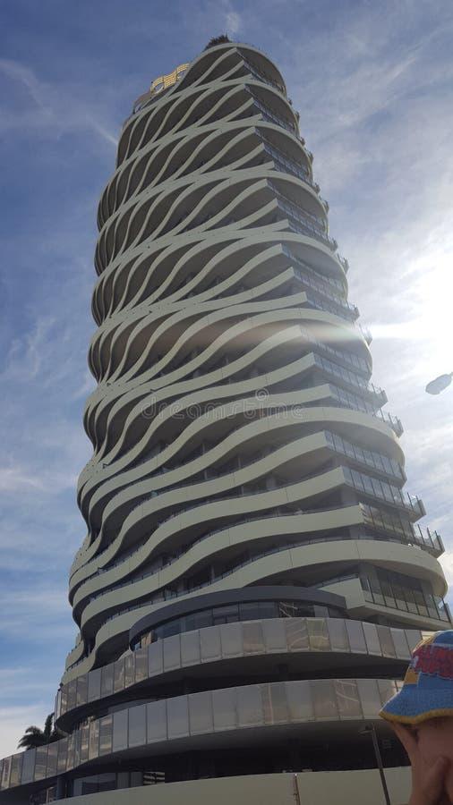 Edificio multi emocionante del piso en el corazón de Broadbeach, Queensland foto de archivo