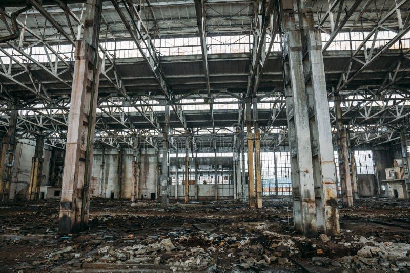 Edificio o almacén abandonado arruinado roto sucio viejo, ruinas de la fábrica industrial imágenes de archivo libres de regalías