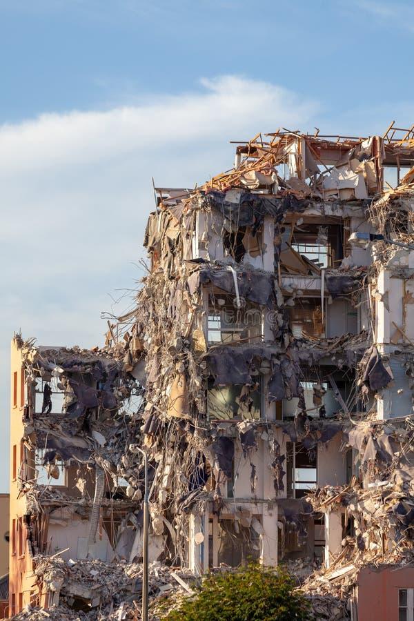 Edificio parzialmente demolito al sole del pomeriggio fotografia stock libera da diritti