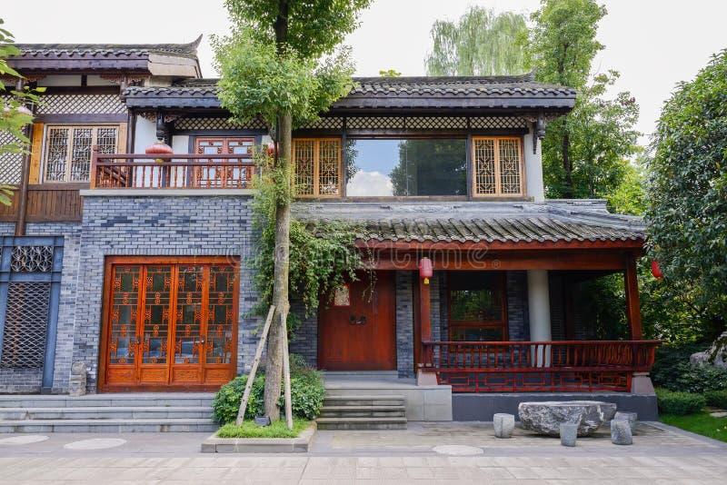 Edificio pasado de moda chino en árboles fotos de archivo