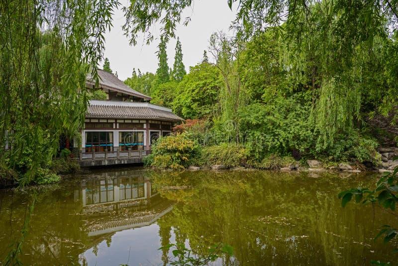 Edificio pasado de moda chino por el agua fotos de archivo