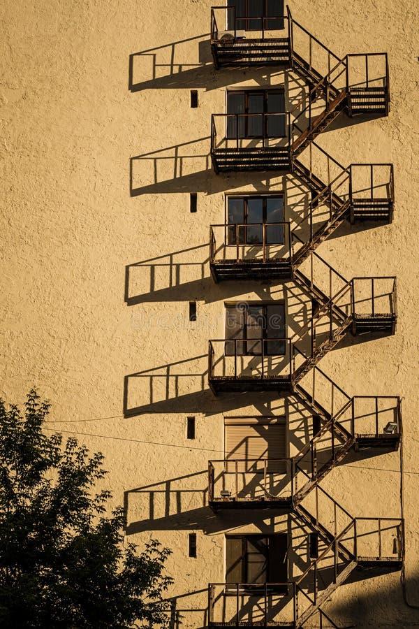 Edificio per uffici bianco di aumento di architettura alto con l'ombra dell'uscita di sicurezza del metallo immagine stock libera da diritti