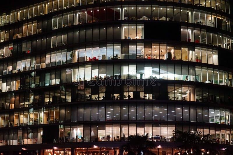 Edificio per uffici di Londra illuminato alla notte fotografia stock