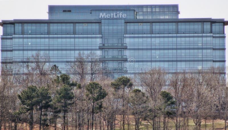 Edificio per uffici di Metlife nell'area boscosa immagini stock