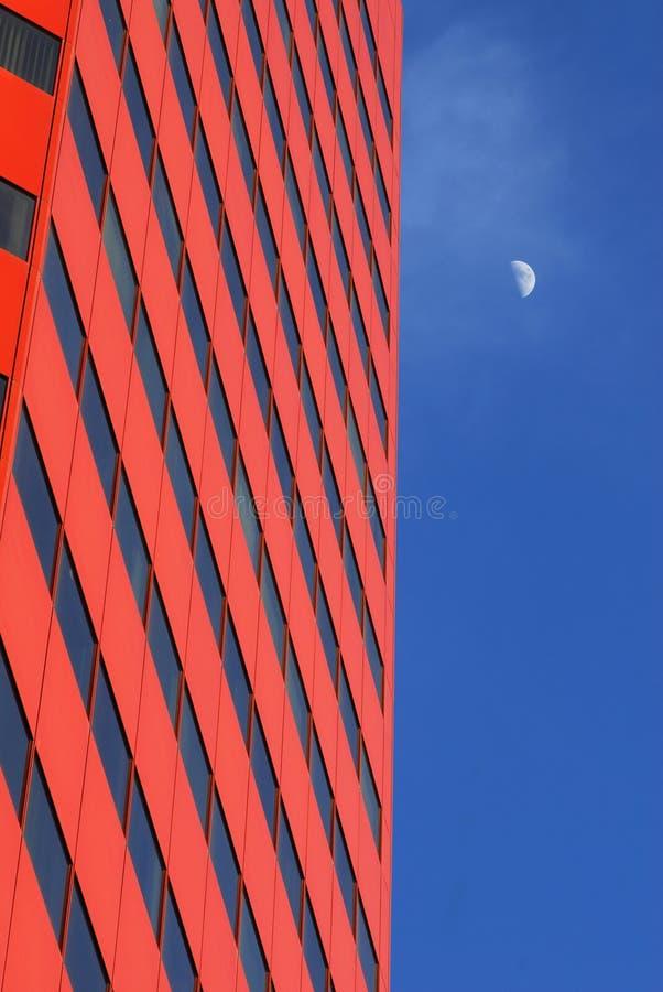 edificio per uffici e la luna fotografia stock