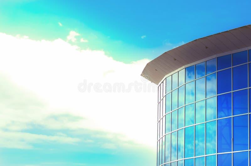 Download Edificio Per Uffici Moderno Immagine Stock - Immagine di finestre, fascio: 30827677