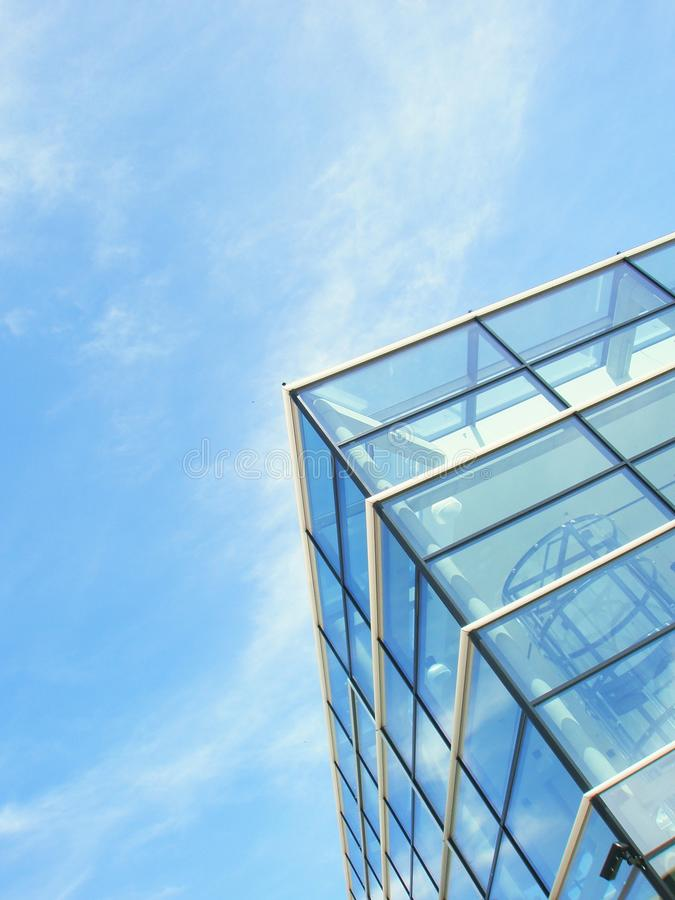 Edificio per uffici moderno. Cielo blu con le nubi immagine stock