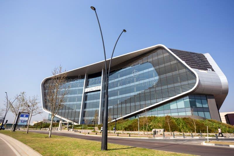 Edificio per uffici moderno con l'architettura angolare fotografia stock