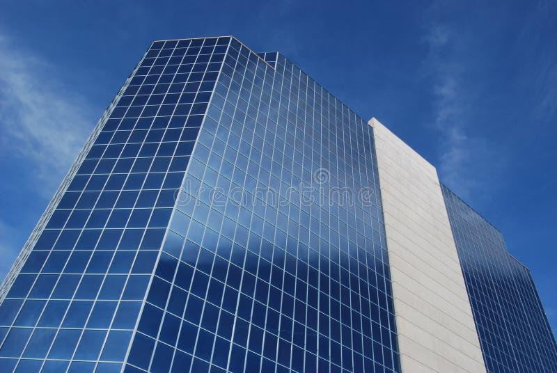 Edificio per uffici moderno con la facciata del cemento & di vetro fotografia stock libera da diritti