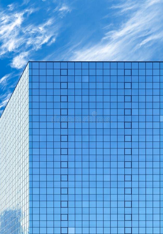 Edificio per uffici moderno fatto di vetro blu e del cielo nuvoloso immagini stock libere da diritti