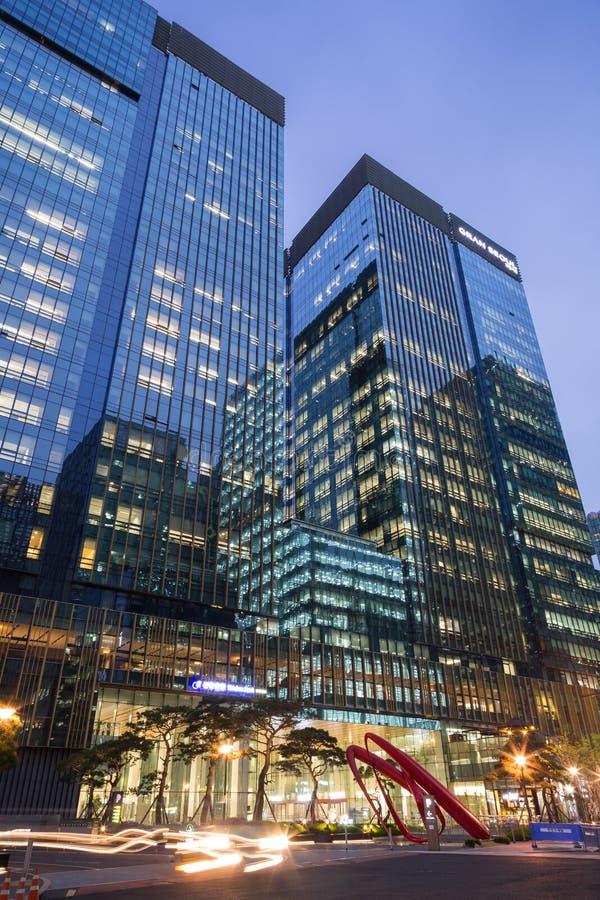 Edificio per uffici moderno a Seoul al crepuscolo immagine stock libera da diritti