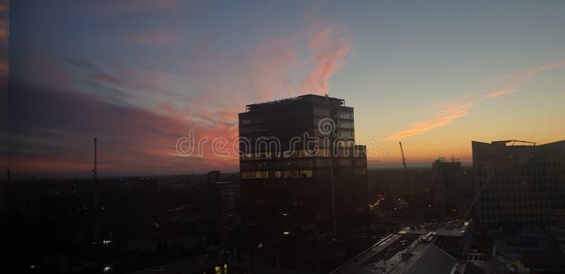 Edificio per uffici nel timisoara Romania al tramonto - centro di affari unito openville fotografia stock libera da diritti