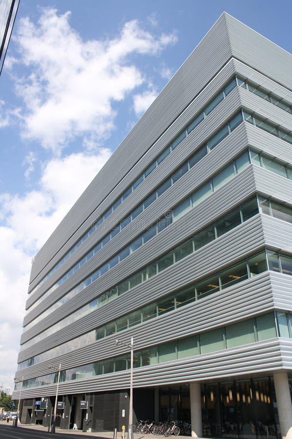 Edificio per uffici placcato del metallo fotografia stock libera da diritti