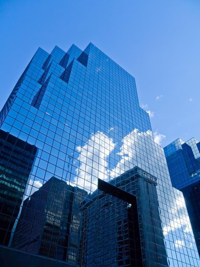 Edificio per uffici rispecchiato immagine stock