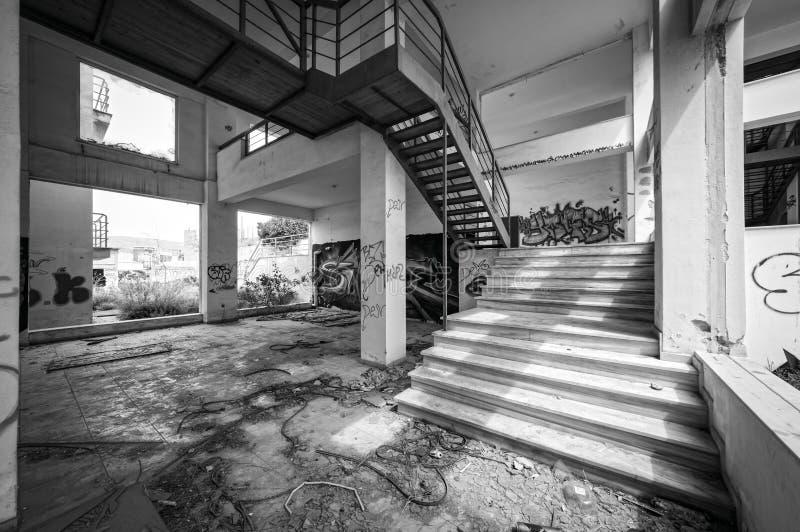 Edificio per uffici vandalizzato abbandonato, in bianco e nero fotografia stock