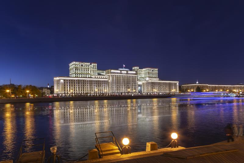 Edificio principal del Ministerio de Defensa de la Federaci?n Rusa Minoboron y del r?o de Moskva Mosc?, Rusia foto de archivo libre de regalías