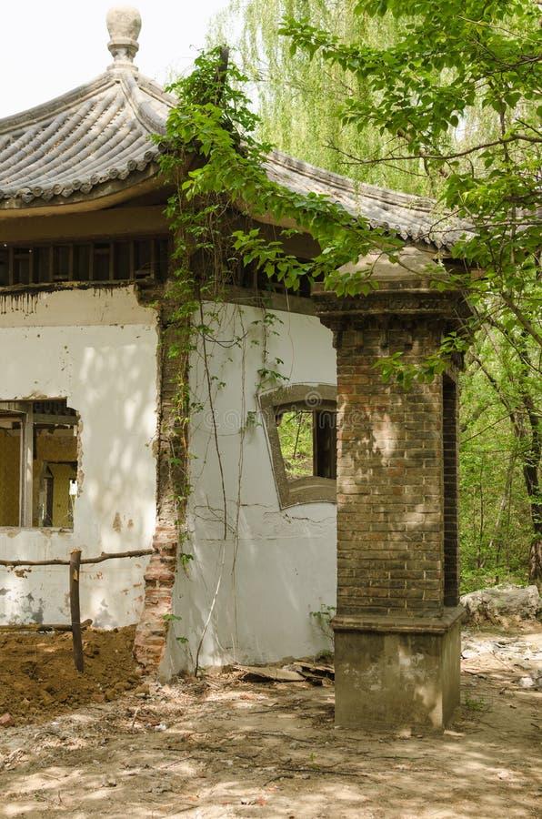 Edificio quebrado del patio imagenes de archivo